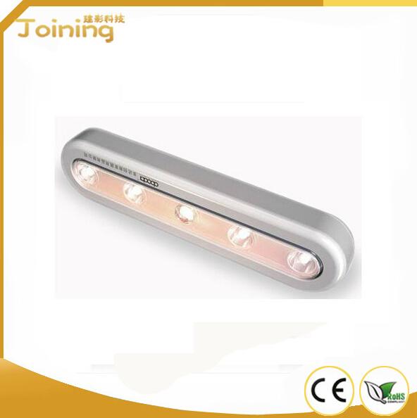 产品规格 1.感应方式:人体红外感应 2.感应控制:内置光亮感知器 3.感应距离:>3米 4.感应角度:120度 5.LED寿命:8万小时以上 6.LED亮度:0.5W 7.灯光颜色:白光/暧光(可选择) 8.工作电流:120毫安 9.电池电源:采用4节AAA电池或充电电池 10.延迟时间:15秒 11.灯的使用温度:-10~50 12.